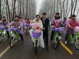 """""""90后""""青年骑公共自行车迎娶新娘"""