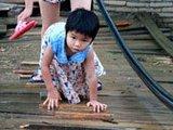 广西梧州学生汛期通过断桥上学