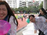 深圳一中学师生玩泼水告别高三
