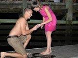 男子求婚戒指掉大海后失而复得