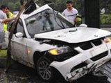 宝马撞上路灯杆 车身变形司机身亡