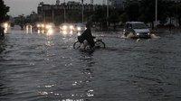 滨州遭遇强降雨街道变河流