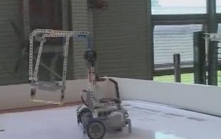 机器人搬运挑战赛 小选手屡败不馁坚持不懈