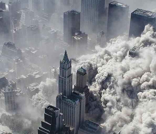 9·11恐怖袭击事件中,世贸大厦双子塔轰然倒塌