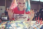 女小丑《自杀小队》片场庆生 蛋糕造型独具特色 .jpg