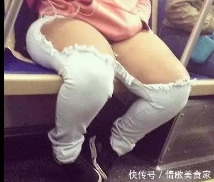 公车上偶遇;一胖妞穿破洞裤,天!全车人醉了,网友:亮瞎双眼