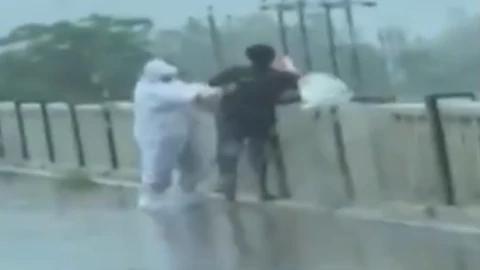 现场视频曝光!印度新冠患者遗体被亲属抛入河中