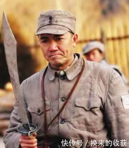 亮剑李云龙手持大刀,为何故意将刀刃朝向虎口?这才是大刀队绝招