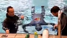 男子水下闭气24分33秒破纪录 为给受灾儿童筹善款