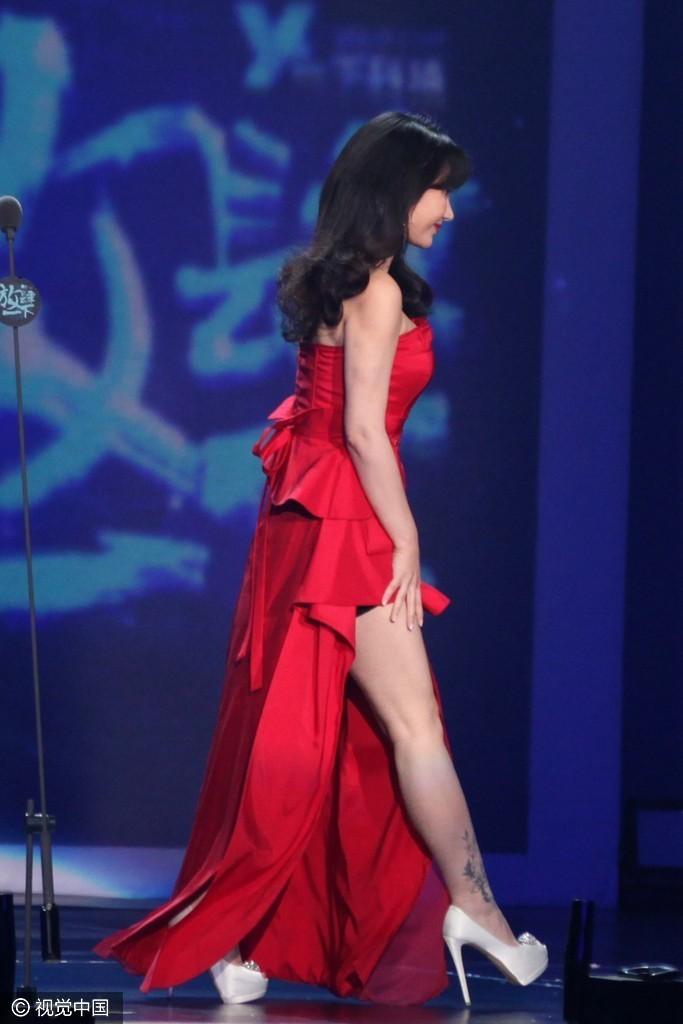柳岩穿高开叉裙秀美腿,侧颜也是逆天美.
