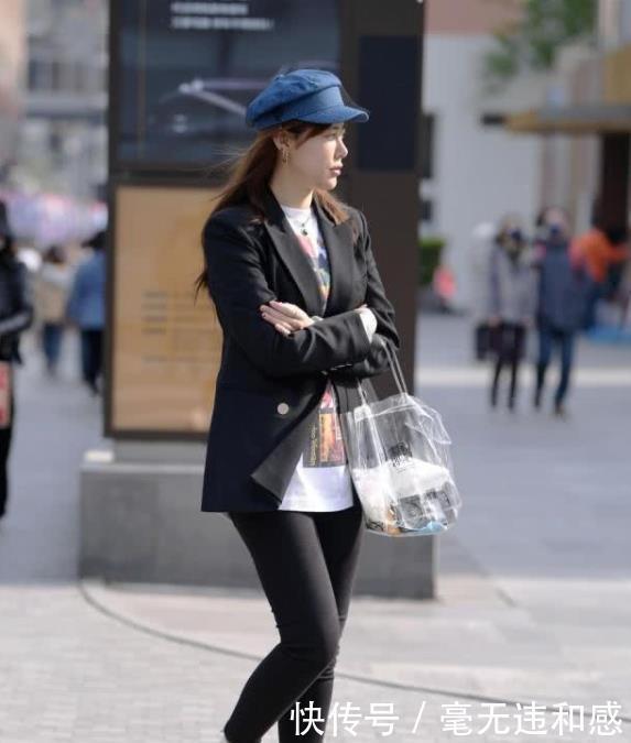 街拍:楚楚动人的小姐姐,一条浅色连衣裙,时尚女神魅力气质