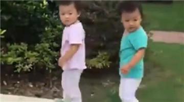 双胞胎就是有默契,走路也神同步