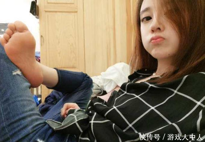 """冯提莫直播间挑战踢瓶盖,却被""""官方警告"""",看见她脚上穿的什么"""