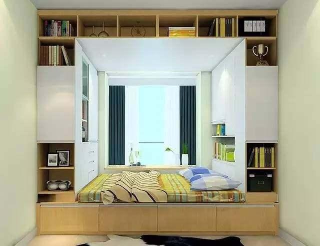 榻榻米床头上方设置展示柜, 可以放置书籍等装饰品, 方便喜欢在床上
