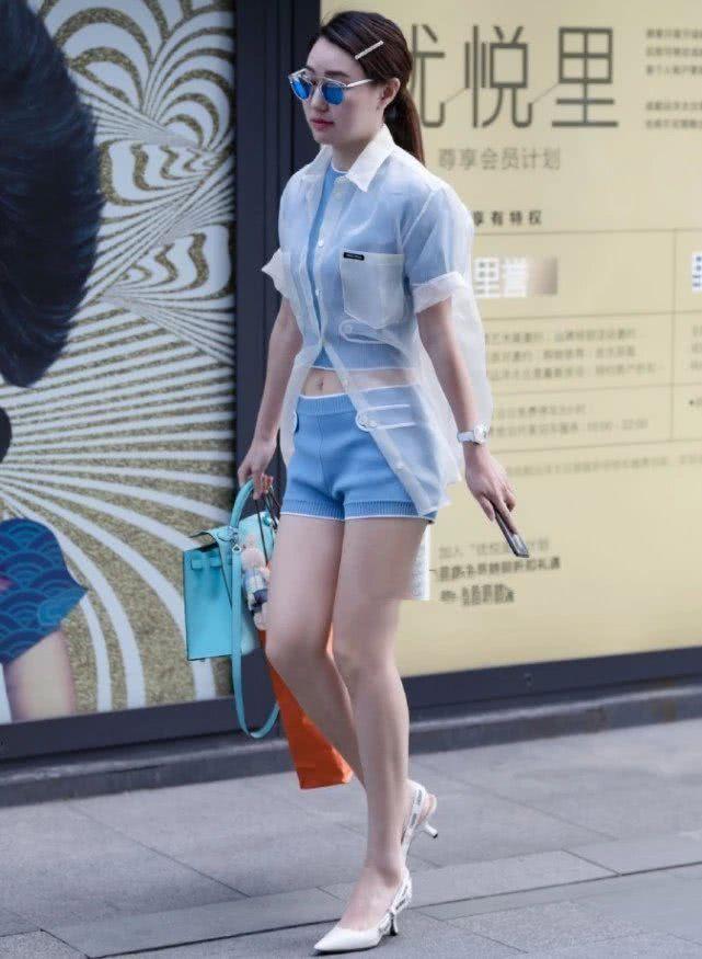 路人街拍:小姐姐白色防晒衣搭配蓝色套装,尽显清新欧美范!