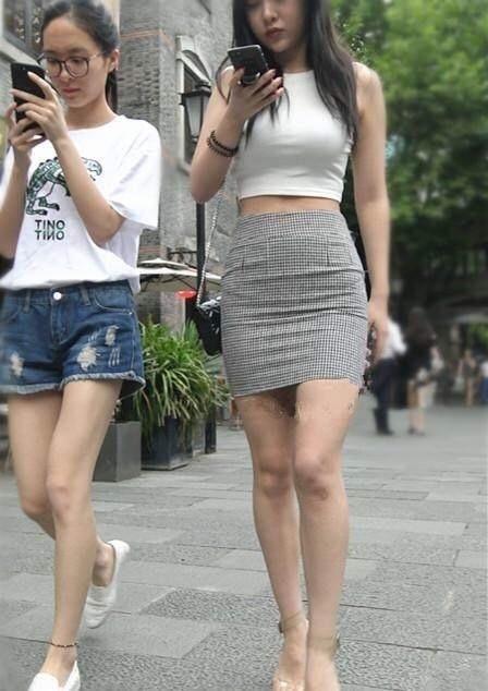 南京街拍,没想到紧身裙能穿的这么好看,还是得有个好