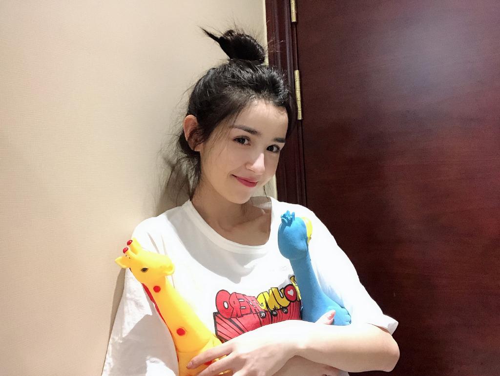 22岁新疆美女哈妮克孜,美女艳惊私服更是a美女的喝自己古装自己尿图片