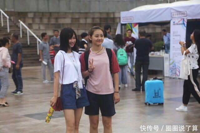 清华大学新生雨中报道 00后学霸小鲜肉来袭