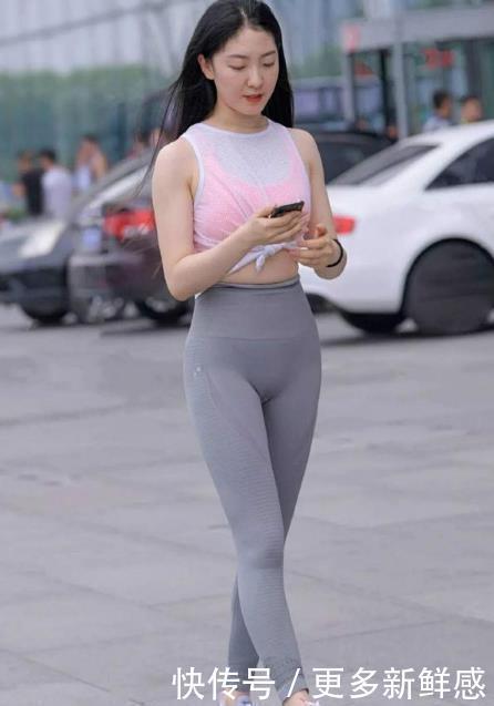 如花似玉的美女,一件白色上衣配灰色打底裤,时尚运动气息