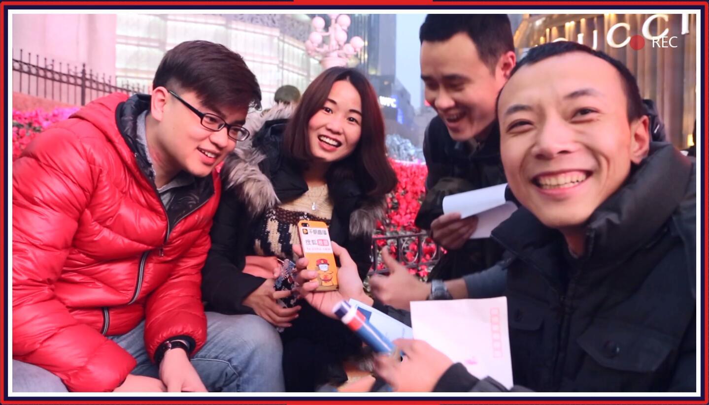 """重庆记者全体出动!解放碑挑战""""特殊任务"""""""