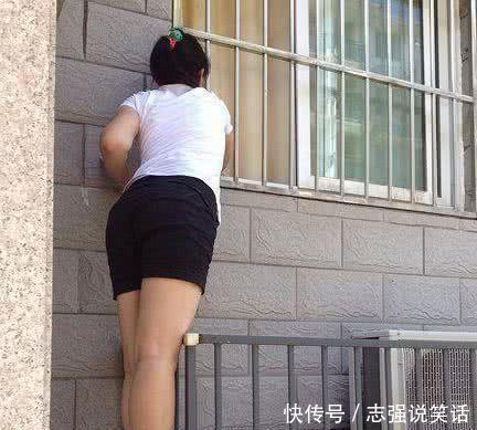 搞笑GIF图:妹子,长点心吧,这么高还爬窗户,真是不知道危险