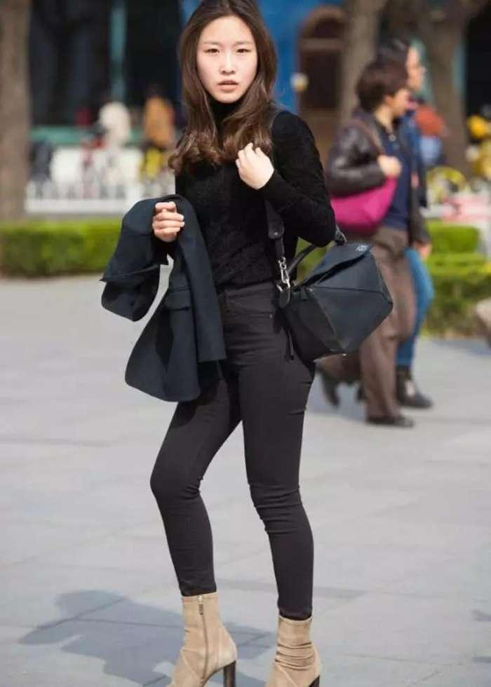 街拍时尚:紧身黑裤美女, 翘臀成熟, 很有味道!