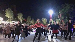 周末晚上广场来跳舞,一首《爱你在心口难开》赶走一周的疲累