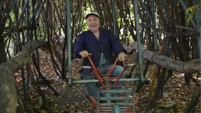 他花40年在自己餐厅后院手工建起了一个游乐场