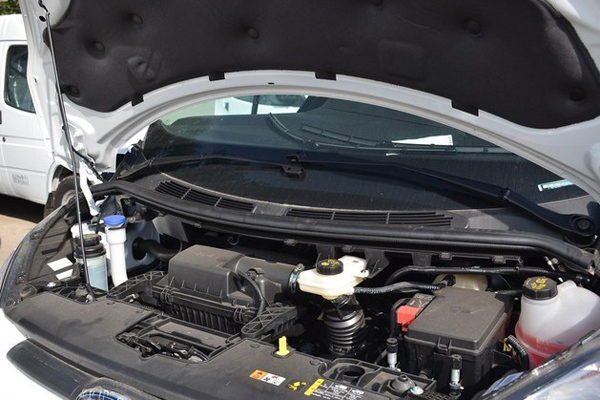 0t柴油发动机最大功率121马力,峰值扭矩300牛·米,传动系统均匹配5速