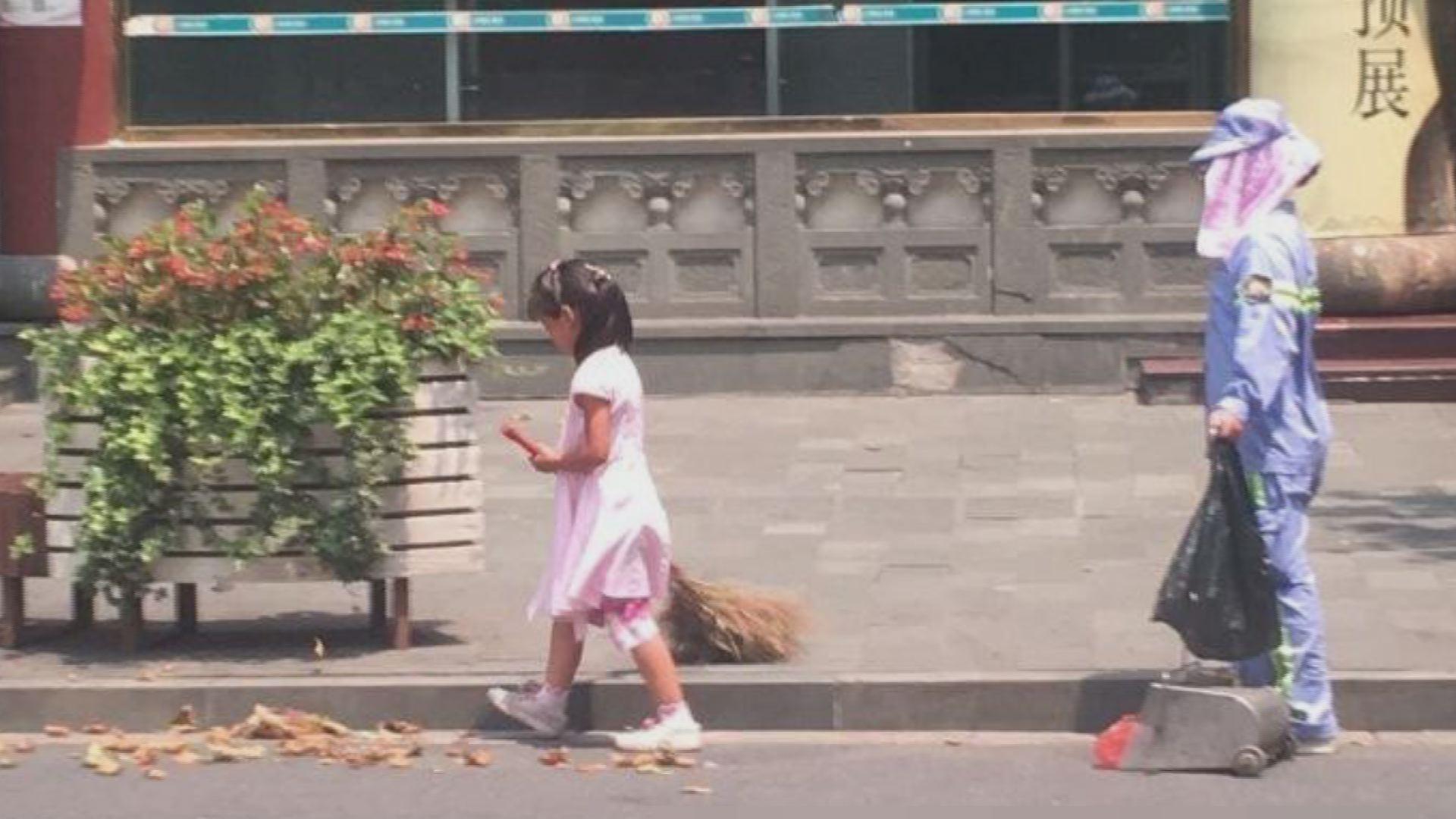 据上海公安局黄浦分局@刑警小舟 地面温度40度,在豫园巡逻时发现:一名五六岁的小姑娘,在帮她环卫工人的母亲扫地,扫得很认真。下车给母女两送去两瓶水,叫她们注意休息。其实每人只要随手少扔一些垃圾,环卫工人就不会那么辛苦。  刑警下车给母女两人送水。  现场图片。  现场图片。  现场图片。 >>扩展阅读: 男子照顾病重父母十五年 四十岁未娶感动邻里 为生病女儿过节偷鸡腿:最让人感动小偷(图) 感动!