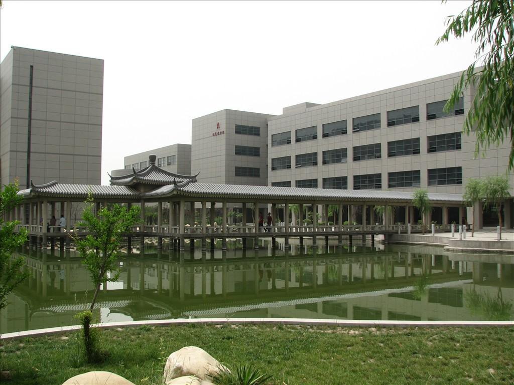 """长安大学由原西安公路交通大学、西安工程学院、西北建筑工程学院于2000年4月18日合并组建而成,其历史沿革包含了三所院校共同发展的历程。 1951年,共和国成立伊始,百业待兴。一批新中国的开拓者,怀着""""车行无阻,货畅其流""""的理想,在兰州市郊的一片荒滩上,创办了西北交通学校,奠定了长安大学的第一块基石。 1953年,中央人民政府地质部西安地质学校和中央人民政府建筑工程部西安建筑工程学校先后成立。 1952年,西北交通学校东迁西安,更名为西安公路学校,1955年再次更名为交通部西安汽车机械学校。1958"""