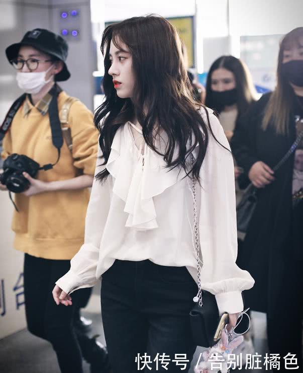 """鞠婧祎首穿""""乞丐裤""""走机场,当看到破洞的地方,这谁抗得住?"""