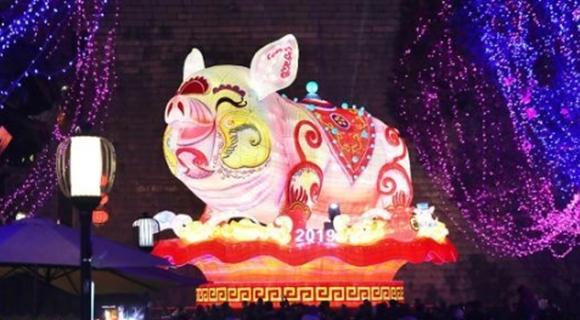 点亮吉祥猪 南京城南张灯结彩迎春节