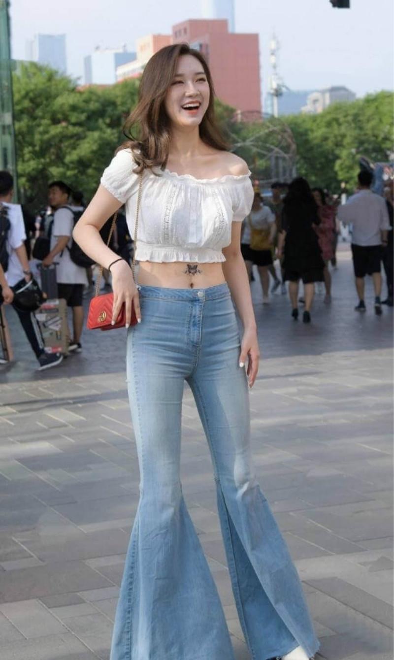 路人街拍,牛仔裤的巧妙搭配,你们喜欢下面的哪种呢?