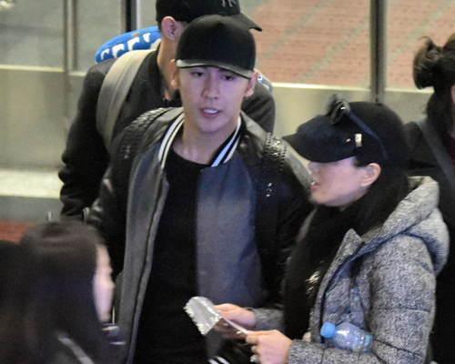 钟丽缇张伦硕现身机场素颜照