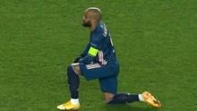 欧联杯赛前拉卡泽特带队下跪反对歧视!对手大将此前因歧视遭禁赛