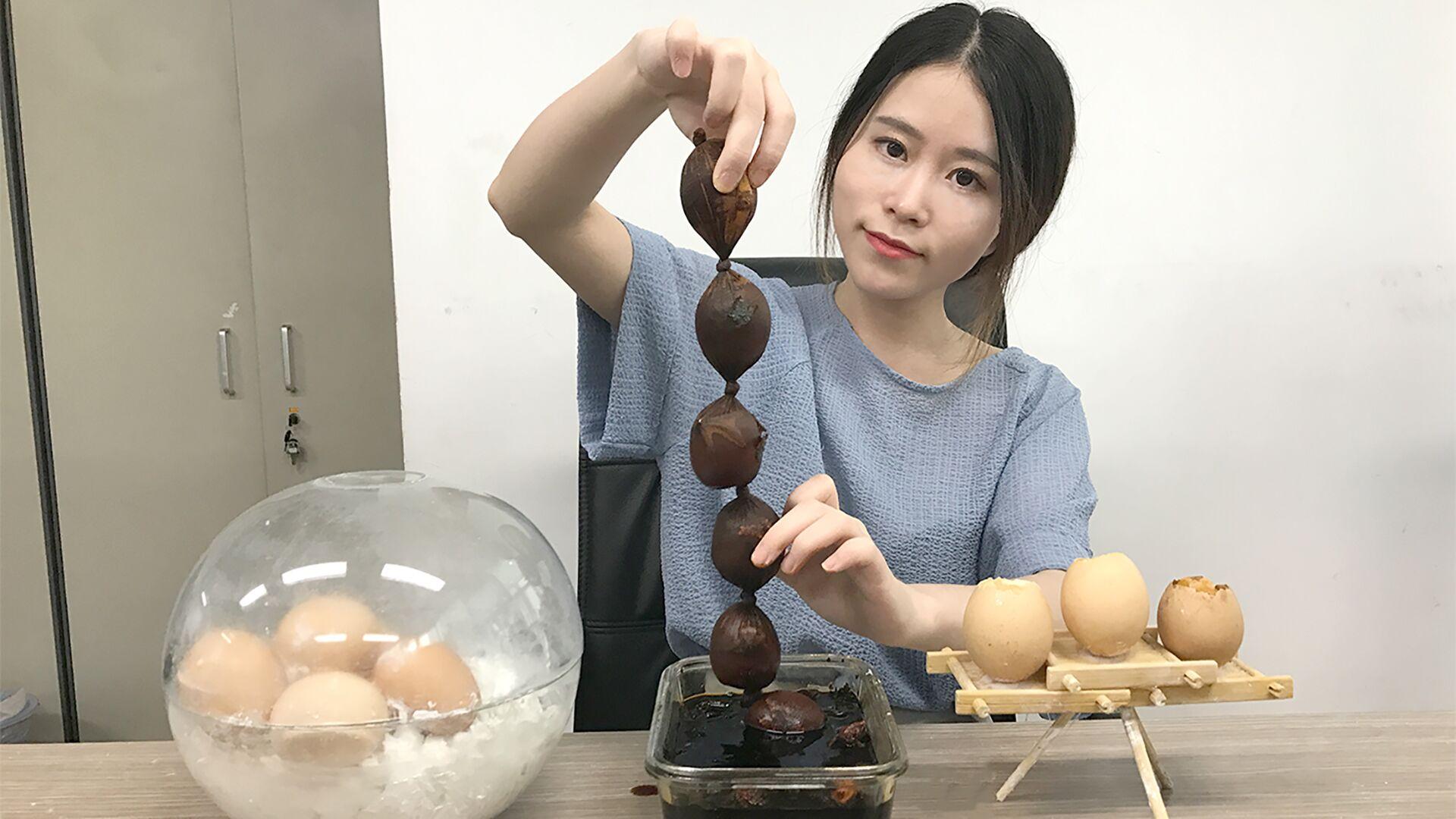 少女在办公室用丝袜做茶叶蛋边上班边看《外科风云》