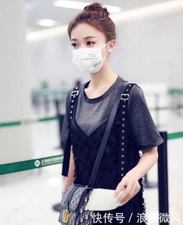 吴谨言身穿灰色T恤外搭黑色羽毛薄纱长裙 气质和魅力展现到极致插图(1)