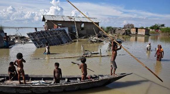 印度洪灾一村庄被淹 民众出行全靠划船