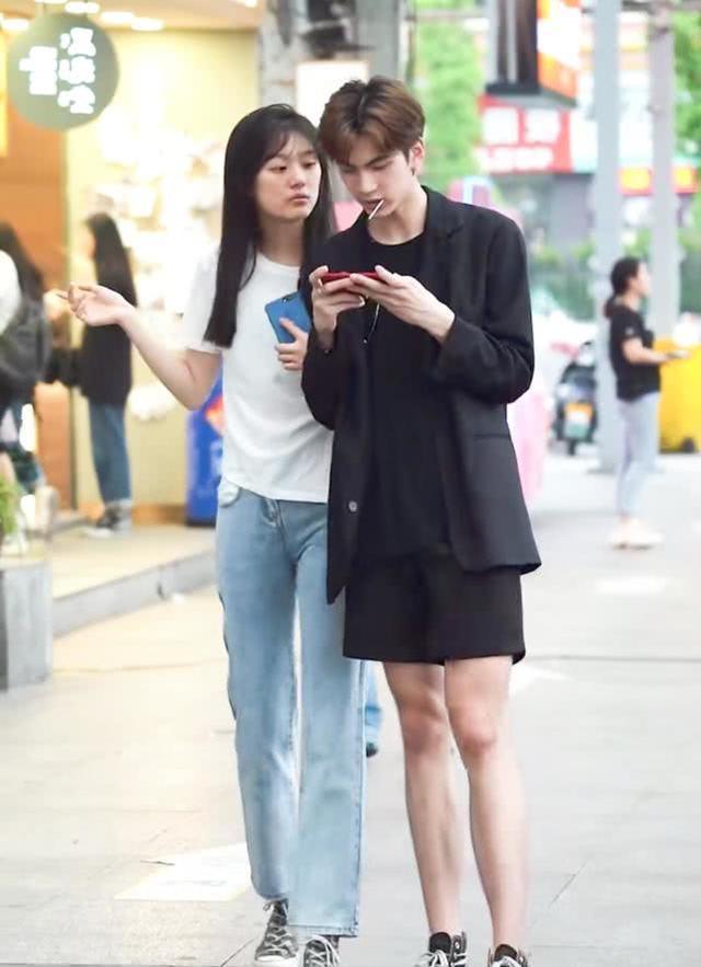 街拍:素颜这么好看的女友,男友却玩手机忽略她,最后结局不敢想!