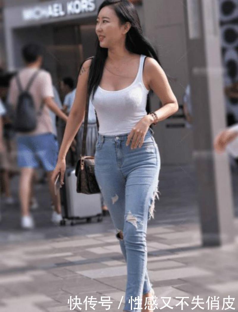<b>路人街拍,牛仔裤的巧妙搭配,你们喜欢下面的哪种呢?</b>