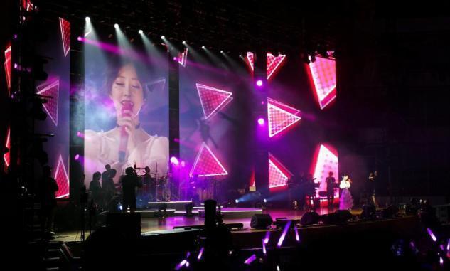冯提莫演唱会全场爆满,从主播到歌手开个人演唱会打破长久质疑
