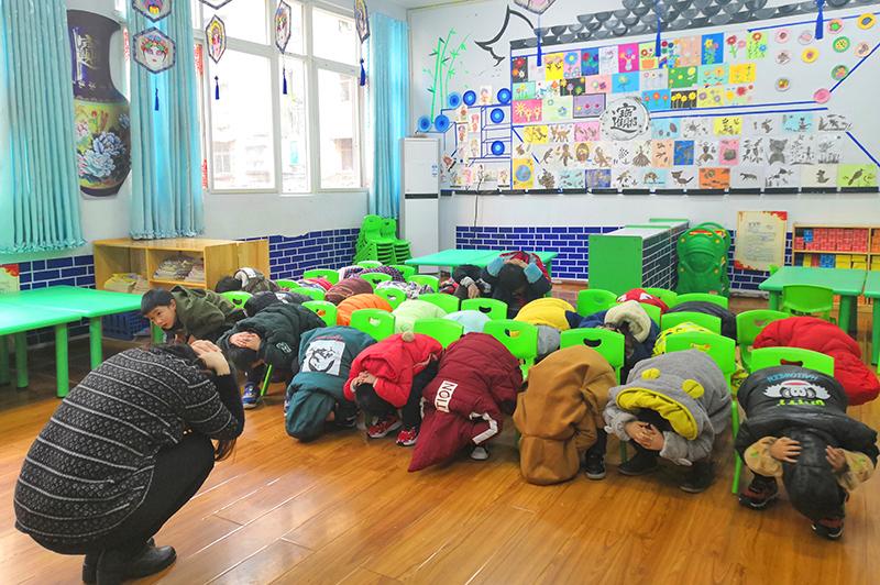 南充市商贸幼儿园举行2018年地震应急疏散演练