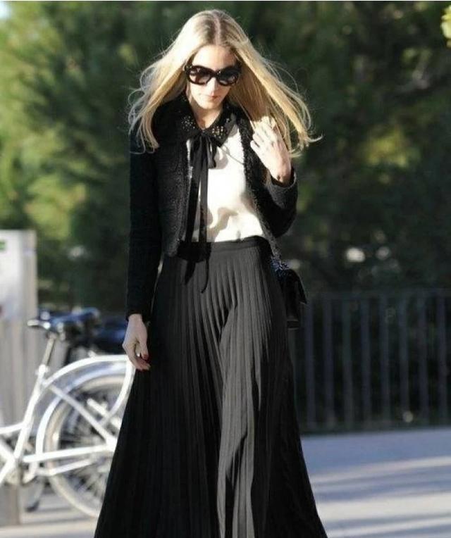 黑色百褶裙配什么上衣好看?这些既保暖又有女