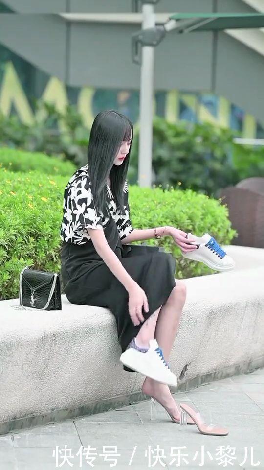 穿着连衣裙的小姐姐坐着换鞋,姑娘坐姿很是淑女