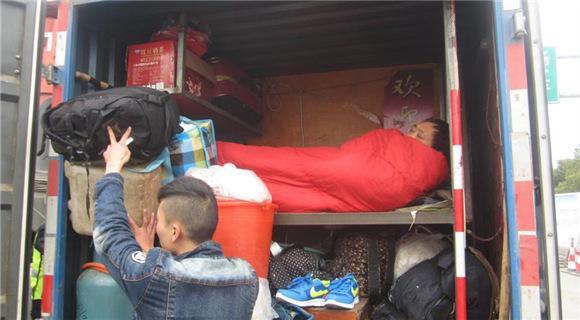 司机为省路费改车厢成床铺 载8人回家过年