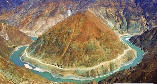 长江从上游至下游经过的地形区域依次是什么?