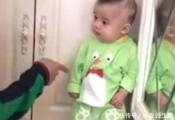 宝宝偷吃零食被爸爸发现,爸爸让他去墙角罚站,结果宝宝反应亮了