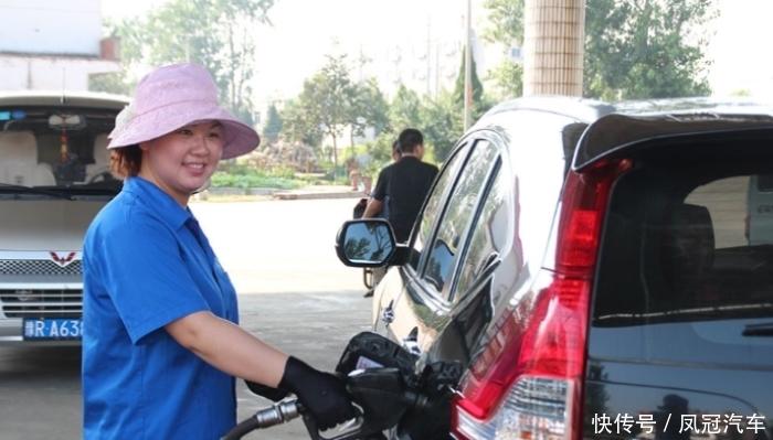 加满油后一半车主直接把车开走,笨死!难怪加油阿姨偷着乐,赚大了