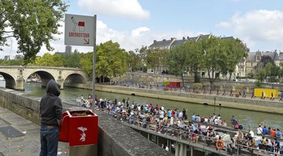 巴黎街头安装小便池解决随地小便问题